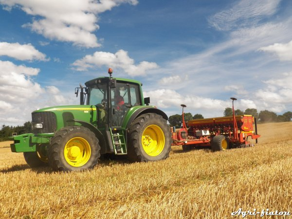 Semis direct de tréffle 2012 ( John deere 6820 et bertini )