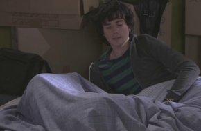 Surprise ! Paul couche avec … Découvrez qui se cache sous la couette !