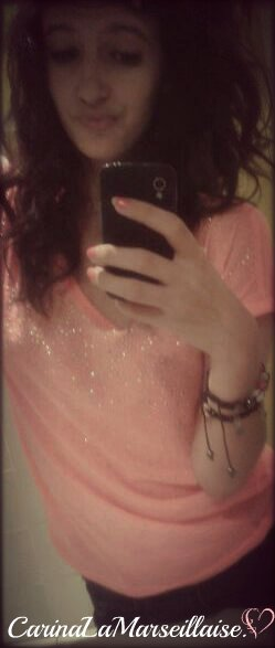 • Une fille moche qui prend une photo floue et qui se trouve belle, on appelle ça du floutage de gueule.