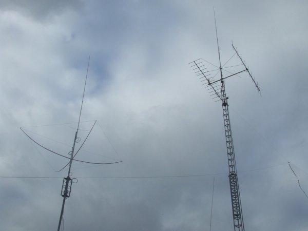 les antennes (x 510 ,mantova 8 turbo ,2 directive pour le 144 ,directive 3 elements pour le 27 et une g5rv pour les bande Déca