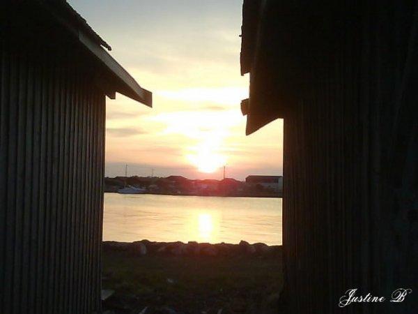 Couché de soleil entre deux cabanes tchanquées .