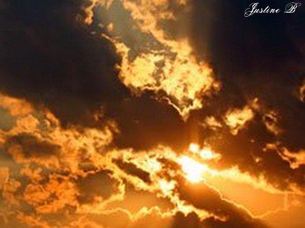 Couché de soleil à travers les nuages.