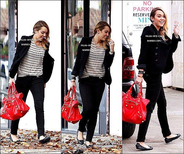 _ 04/11/11 : Miley ainsi que Vijat et Cheyne ont été aperçues sortant de Best Buy, à Hollywood. C'est un grand top, Miley à un grand sourire et une magnifique tenue ! _