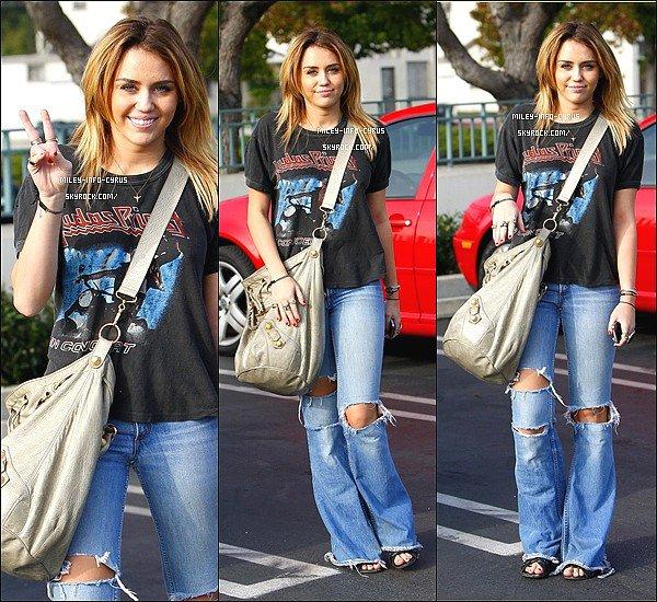 _ 20/10/11 : Miley et Tish ont été vues se rendant dans la boutique de décoration H.D. Buttercup, A Los Angeles. _