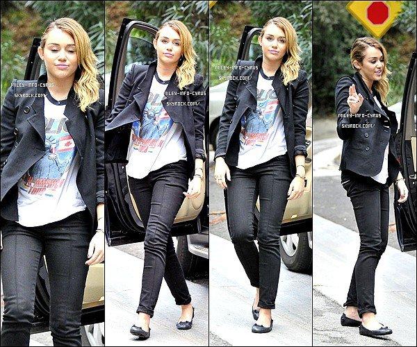 _ 06/11/11 : Mileyà été vu posant pour les paparazzis, avec sont magnifique signe Peace. Nous avons appris que Miley était absente au MTV EUROPE MUSIC AWARDS 2011. _