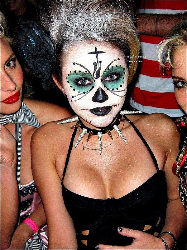 _ 30/10/11 : C'est une Magnifique Miley qui a organisée une fête d'Halloween chez elle. ______________J'adore son maquillage du visage et sa tenue, c'est un grand Top ! _