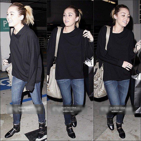 _ 01/11/11 : Miley et une de ses amies Vijat ont été vues faisant du Shopping chez Barney's, à Beverly Hills. _
