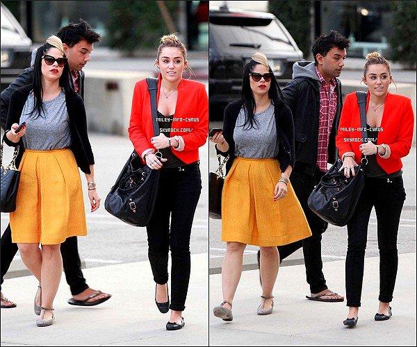 _ 11/11/11 : Miley à été aperçues avec Vijat et Denika, déjeunant puis faisant du Shopping. Ton Avis ? _
