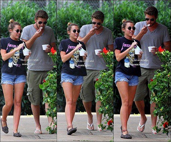 _ 29 / 12 / 11 :Miley et son petit ami Liam ont été aperçus sur une plage de Hawaii, Miley est sublime ! _