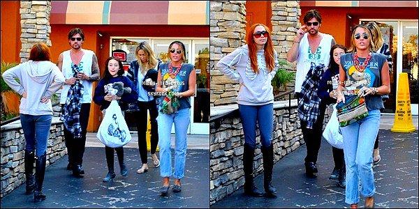 - 30 / 12 / 11 : Miley à été aperçues à l'aéroport de L.A, après ces vacances à Hawaii, très fatiguée ! Miley à été aperçues plus tard, en pleine forme, allant au restaurant en Famille. -