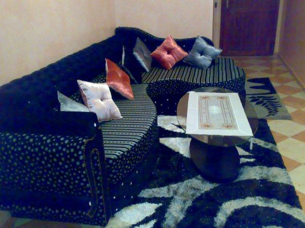 È specializzata nella creazione e vendita di salotti marocchini così come  mobili e accessori per la casa.