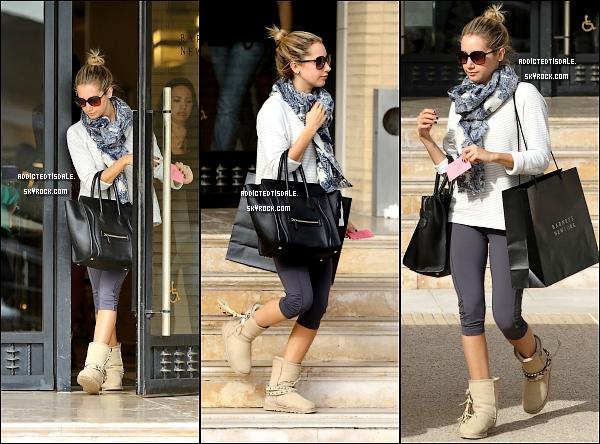 11.11.11 : Ashley a été aperçu à West Hollywood, à Jus Bio à la main.