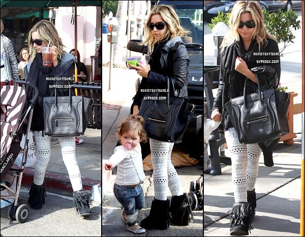 """16.11.11 : Ashley était avec sa petite nièce de 2 ans dans le """" Cafe Vida """" de Los Angeles."""
