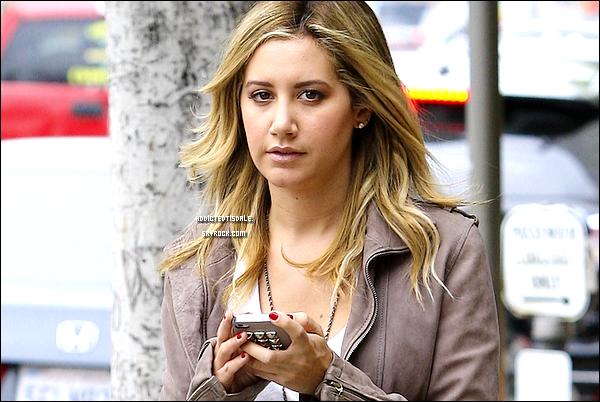 """18.11.11 : Mlle Tisdale quittant le """" Coral Tree Cafe """", son Iphone à la main"""