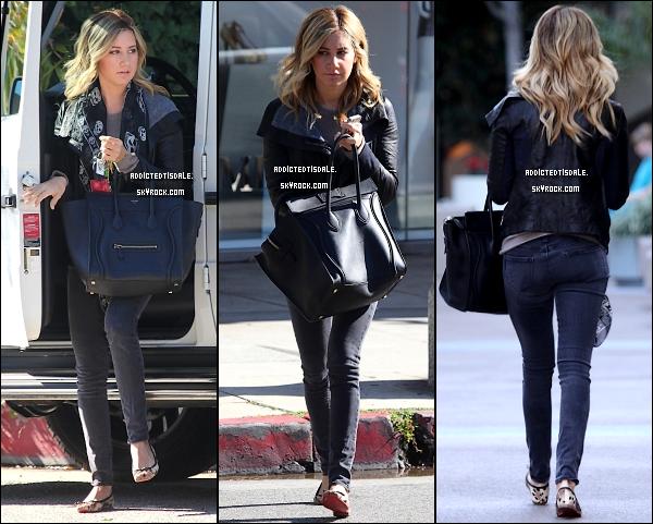 22.11.11 : Ashley Tisdale a été vu à Los Angeles, avec son incontournable Iphone.