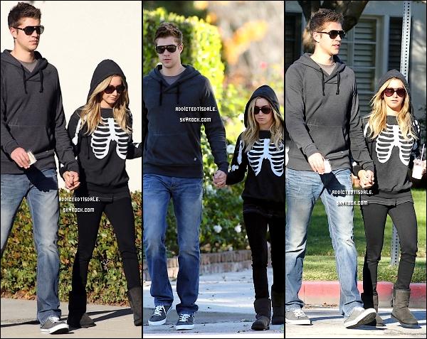 """29.11.11 : Ashley était en compagnie de sa mère Lisa, chez """" Chanel """" à Beverly Hills."""