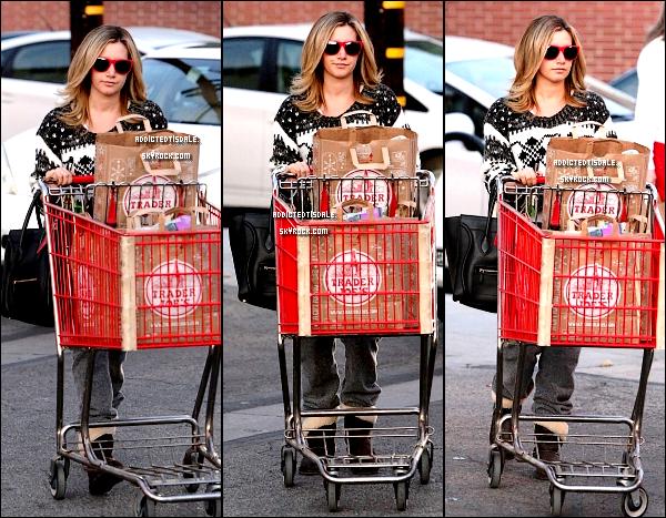 """04.12.11 : Ashley T. quittant le magasin """" Trader Joe's """", pour l'anniversaire son père."""