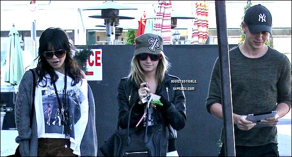 20.12.11 : Ashley en compagnie de Vanessa Hudgens et Austin Butler.