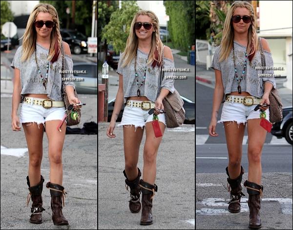 """04.02.12 : Ashley Tisdale a été repéré en arrivant à la salle de Gym """" Equinox """"."""