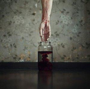 La tache de sang sur le drap blanc.