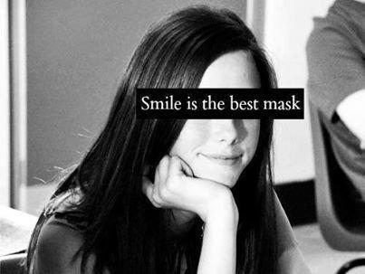 Faux sourire, fausse joie. Ouais, ça fait mal.