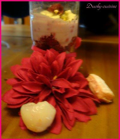 Verrine litchi, framboise et biscuits roses de reims
