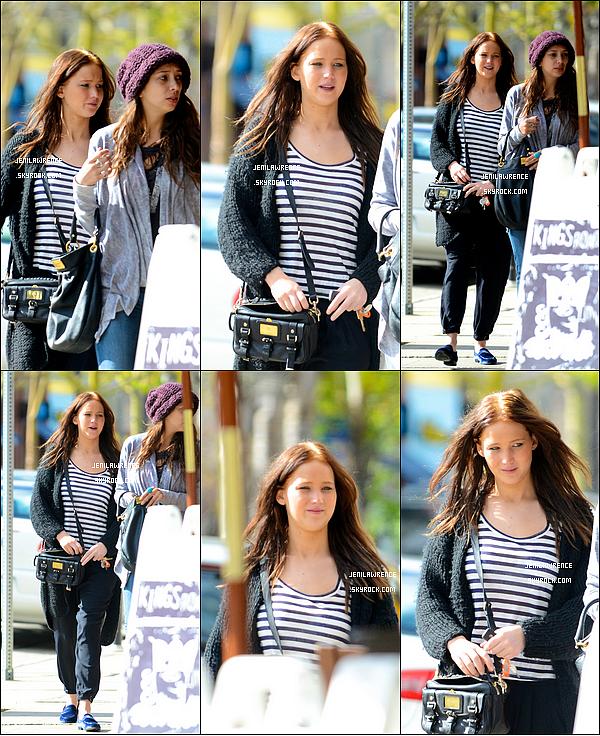 • 06/01/2013 Jennifer a été aperçue dans les rues Los Angeles au Kings Road Cafe avec une amie •