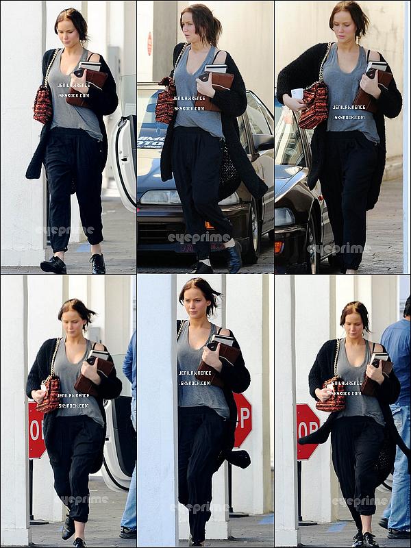 • 08/01/2013 Jennifer a été vue à Los Angeles en allant chez le coiffeur pour refaire sa coloration •