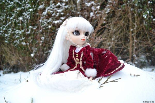 Yurei dans la neige *nan,pas envie de réfléchir aujourd'hui x)) Yurei est la déesse de la neige,elle rend trop bien *-* je suis fan de cette pullip XD