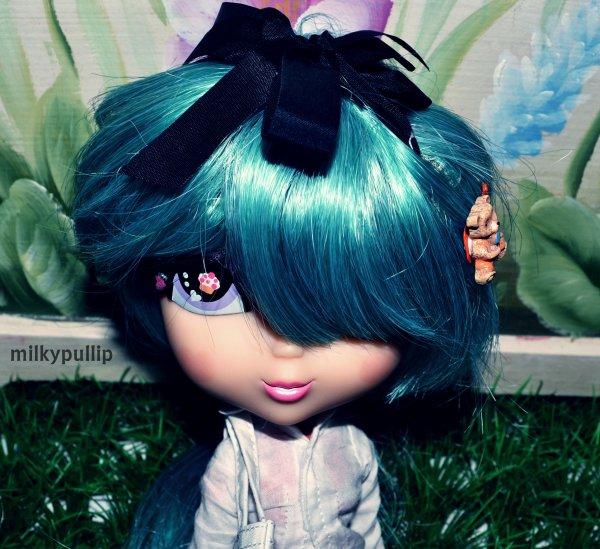 Petit trip avec ma Cutie Pops renommer Candy ou Jumellia ^^ {partie 1} (Je lui ai mis une wig jamais utiliser et des vêtements,je trouve que sont côté joué est très photogènique et Kawai,j'adore ^^ si vous voulais je la reprendrais en photo avec une tenue et peux-être une wig differente ^^ moi en tout cas j'adore cette puce bien qu'elle ne sois pas une vrai pullip *^*)(oui le titre est long...fuck XD)