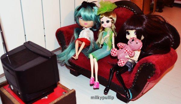 Mes dolls ne fiche vraiment rien de leur journée decidement ><...en même temps vue leur coloc... >.> (Meg,Yurei,Alice et veronica dorment,et Nova est sur l'ordi TTuTT...quand a elisabeth,Choco Latte et ma cutis pops regardent la TV >x< mais quesque j'ai fais pour mériter sa?! >x<...tien,où est Lucie?! 8D...surement en train de se prendre pour une Lady un peu plus loin >.>)