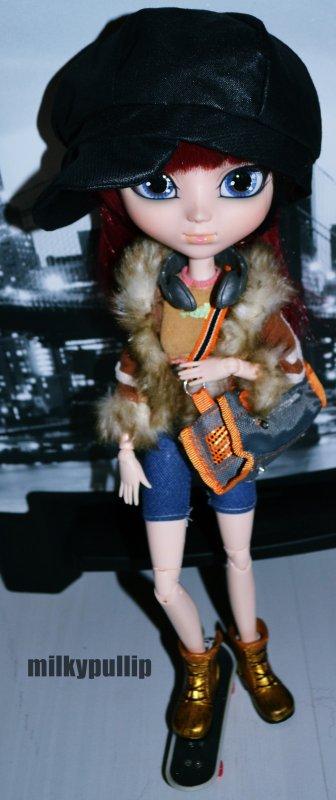 Meg en mode skateuse ;P partie 1 :3 (Depuis son nouvel Obi je l'aime beaucoup plus 8D...mais elle reste dur a photographier,le preblèmre c'est que je ne peux pas lui enlever ses yeux car l'idiot(e) qui l'avais avent les a coler a la glu =_=...*envie de meurtre*...enfin bref,les vêtements et accessoires viennet de ma salle de jeux que l'ont a essayer de ranger hier et avant-hier et encore avant hier >.>...ouais,j'ai trop de choses TTuTT...)