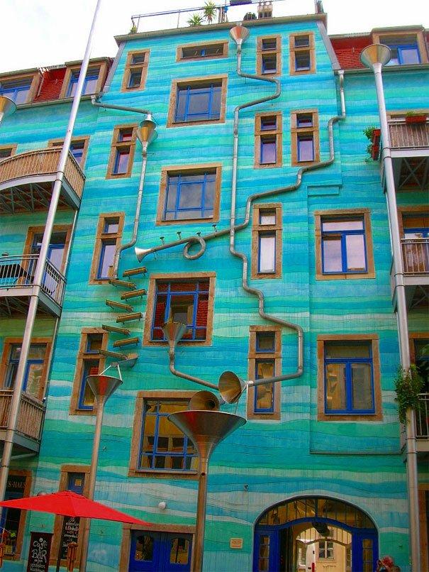 Un mur qui joue de la musique quand il pleut...   /   Jardin au mur dans la cuisine ...