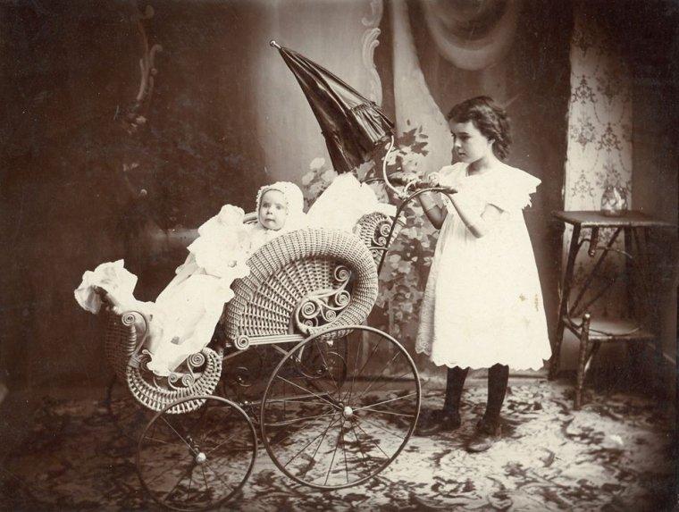 La photo avec les 2 enfants date de 1902