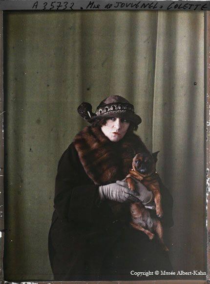 Colette et son bouledogue français Toby-chien  , photographie autochrome de Roger Dumas , 1922