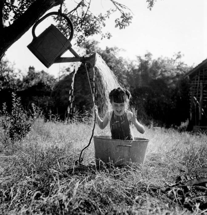 Robert Doisneau, La douche à Raizeux, 1949.
