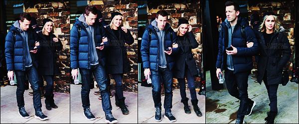 20/01/17 - Claire Holt s'est rendue avec son mari au Sundance Film Festival organisé à Park City, -USA.  Première sortie de l'année 2017 de notre belle Claire. Notre vampire Mikaelson semblait de très bonne humeur. Côté tenue, c'est un top