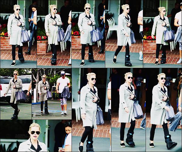 24/02/17 - L'actrice Claire Holt a été photographiée de sortie dans les rues de West Hollywood, Californie.  Claire s'est fait opéré de la jambe pour ceux qui ne savaient pas. J'aime bien ses chaussures, ou plutôt sa chaussure du coup, c'est un top.