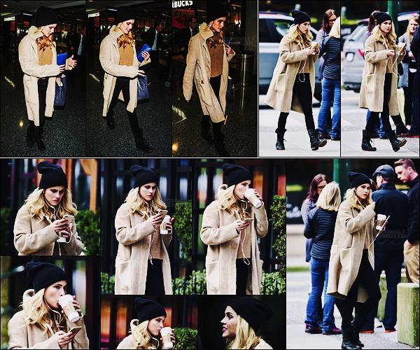 04/04/17 - Claire Holt a été photographiée sortant de Starbucks avant d'aller au travail dans Vancouver !  Sur les trois premières photos, Claire arrivait plus tard dans la journée à l'aéroport LAX de Los Angeles.Côté tenue, elle nous fait un top
