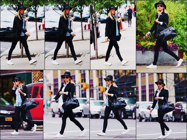 05/06/17 - L'actrice australienne Claire Holt a été aperçue dans les rues de la grande ville de New York.  Visiblement Claire rejoignait un bâtiment et en sortait un peu plus tard. A ma grande surprise Claire fume, je n'étais pas au courant..
