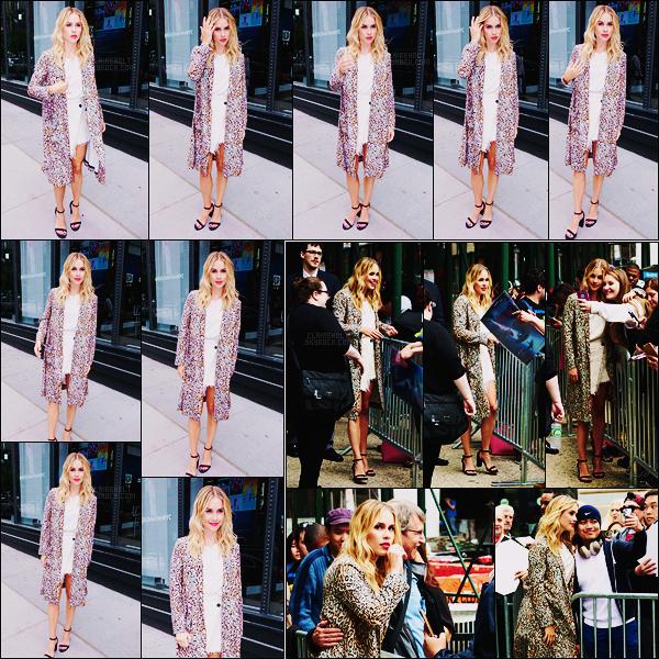 06/06/17 - Claire Holt a été photographiée arrivant aux studios d'AOL Build Series dans New York City.  La belle est en plein promo pour son film 47 Meters Down aux côtés de Mandy Moore.En arrivant C a pris des photos avec des fans