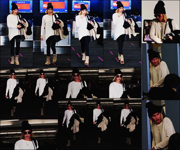 29/11/17 - La jolie actrice Claire Holt a été repérée dans le grand aéroport LAX  situé dans Los Angeles.  Après trois longs mois sans nouvelles, on aperçoit enfin Claire. Côté tenue, c'est classique mais ça marche toujours, un top et vous ?