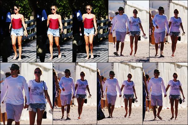 02/12/17 - Claire Holt a été vue prenant du bon temps avec son boyfriend sur la plage de Miami, Floride.  Et oui, grande nouvelle puisque C. s'est fiancée avec cet homme seulement 7 mois après son divorce, de quoi faire jaser. Félicitation