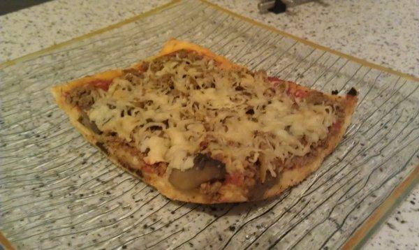 Pizza maison à la viande hachée et aux champignons de paris