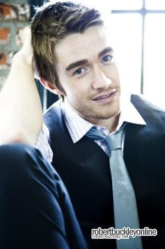 Robert Buckley (l)