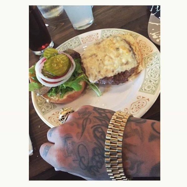 A MIAMI PETIT RESTO POSEYY FRANCEYY  L'UN D MEILLEUR BURGER POUR MOI C CHEZ @fooqsmiami ?? TROS BISOO A DAVID ET A SA MAMAN  #pornfood #swaggman #theswaggmantv #posey #cheesburger #steak #rolex #rolexgold #vintage #veryrare #cheese #hamburger