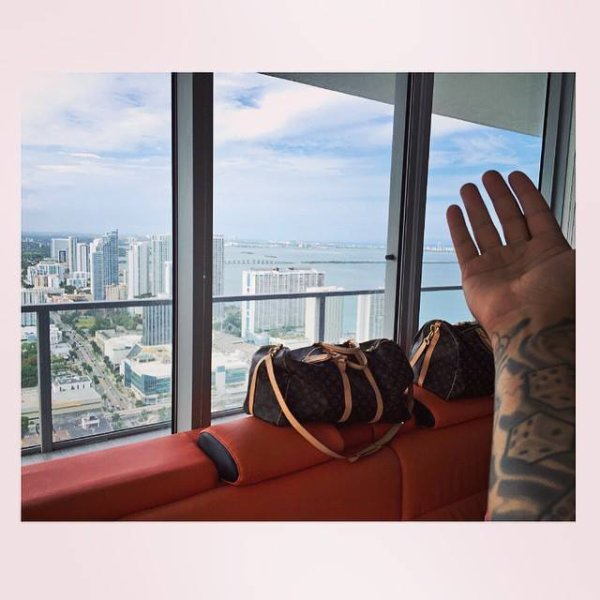 Page aimée · 17 avril ·     POSEYYY IN MY NEW HOME BRO ?? ? #posey #jnouney #theswaggmantv #swaggman #louisvuitton #inked #paradise #miamiview Voir la traduction