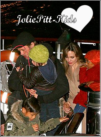 Les Jolie Pitt fêtant l'anniversaire de Pax sur un Ballon (je ne sais pas comment ca s 'appelle, j' ai oublié x)  ) et ils ont ensuite fait une promenade dans un bateau a Paris :D