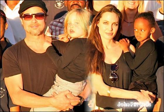 Brad, Angie, Zahara & Shiloh posant avec leur familles d'accueil et quelques amis (Namibie)