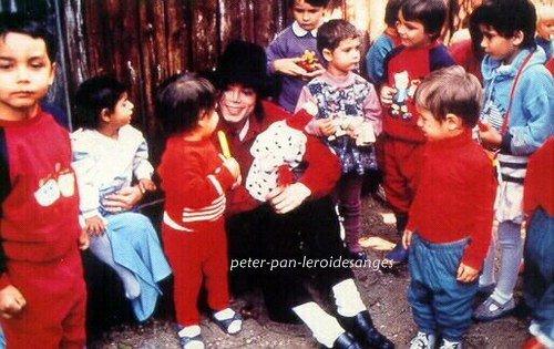 Michael aimait sincèrement les enfants, du plus profond de son coeur. Quand il allait leur rendre visite dans les hopitaux ou autre, il voulait avant tous les rendre heureux et leur faire passer quelques moments de bonheur. Michael voulait tellement les aider. Je n'ai jamais connu quelqu'un qui aimait les enfants d'une tel façon avant qu'il n'arrive dans ma vie ! Il a tellement un grand coeur ! Il es la personne la plus génereuse de ce monde !